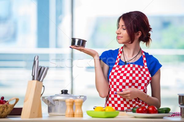 Jonge kok werken keuken gelukkig home Stockfoto © Elnur