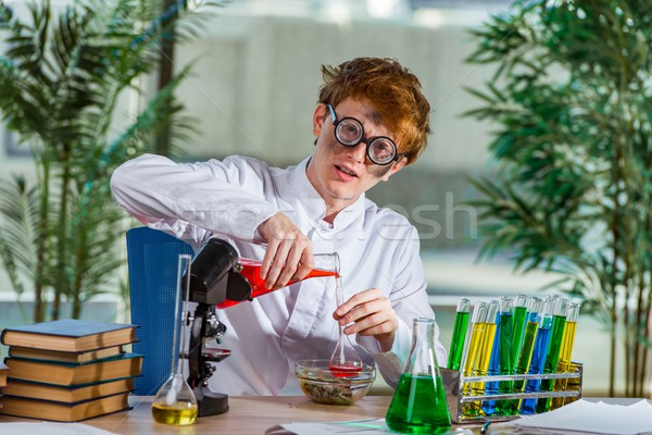 Jonge gek scheikundige werken lab man Stockfoto © Elnur