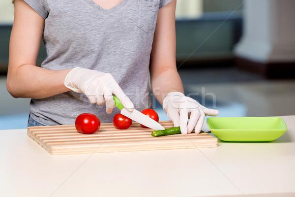 Handen kok salade gelukkig home chef Stockfoto © Elnur