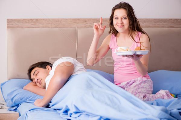 Сток-фото: счастливая · семья · завтрак · кровать · женщину · кофе · счастливым
