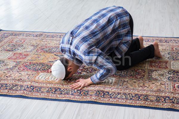 Genç Müslüman adam dua eden ev el Stok fotoğraf © Elnur