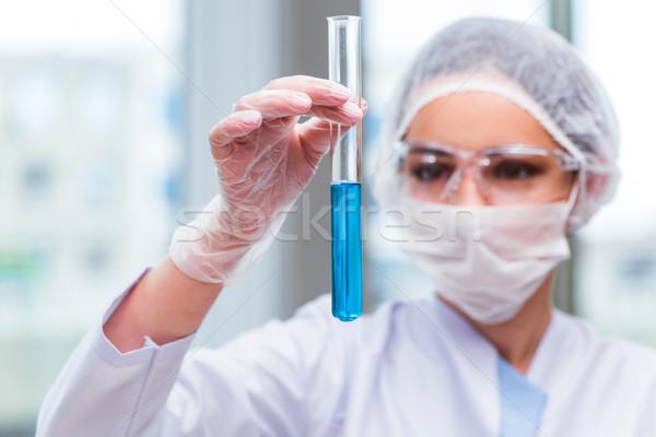 Młodych student pracy chemicznych rozwiązania laboratorium Zdjęcia stock © Elnur