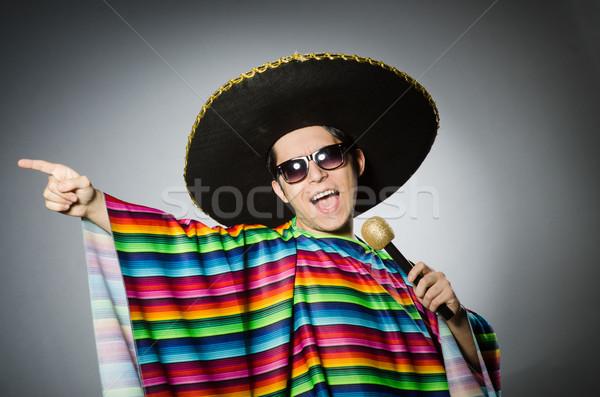 Engraçado mexicano cantando karaoke feliz microfone Foto stock © Elnur