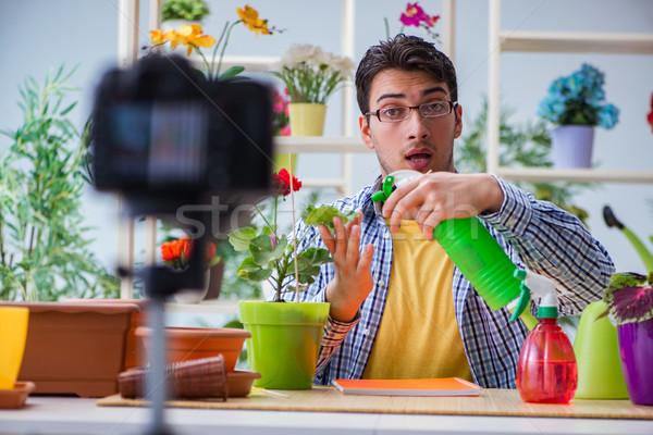 Foto stock: Hombre · florista · jardinero · blogger · disparo · cámara · de · vídeo