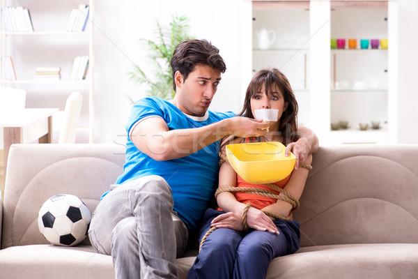 Hombre hasta esposa ver deportes fútbol Foto stock © Elnur