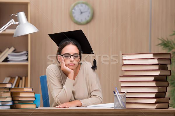 Jonge student universiteit examens meisje boeken Stockfoto © Elnur