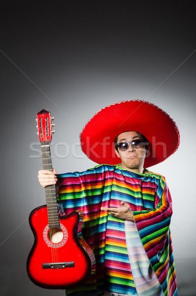Uomo rosso sombrero giocare chitarra party Foto d'archivio © Elnur