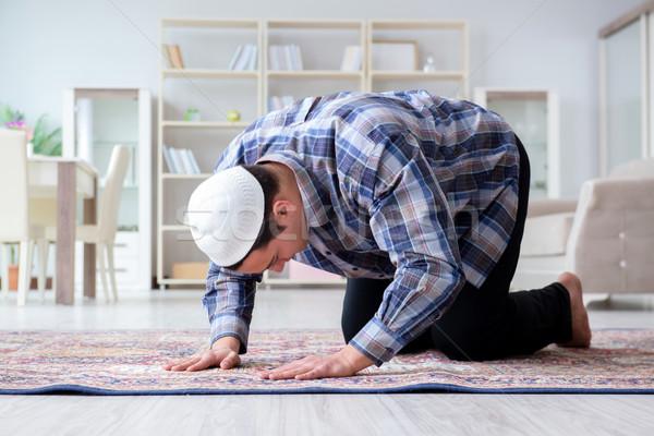 мусульманских человека молиться домой поклонения молодые Сток-фото © Elnur