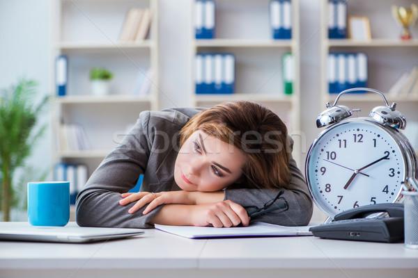 Mujer de negocios de trabajo oficina reloj trabajo escritorio Foto stock © Elnur