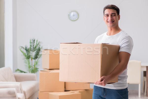 Hombre pesado cajas casa casa camión Foto stock © Elnur