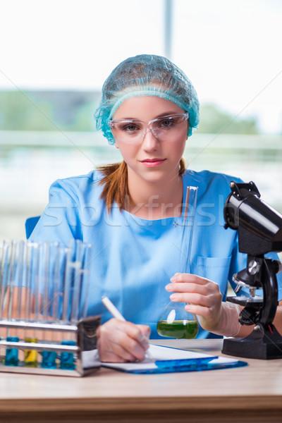 Stok fotoğraf: Genç · öğrenci · çalışma · kimyasal · çözümler · laboratuvar