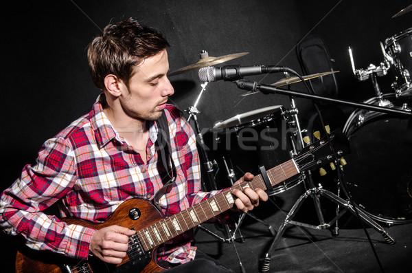 Foto d'archivio: Uomo · chitarra · concerto · musica · party · sfondo