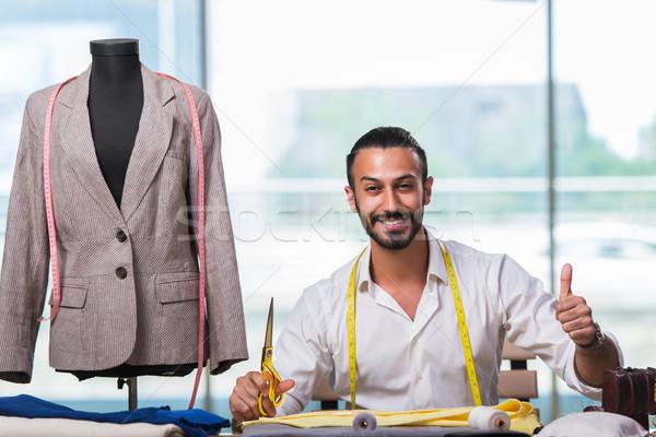 Jovem alfaiate trabalhando novo roupa projeto Foto stock © Elnur