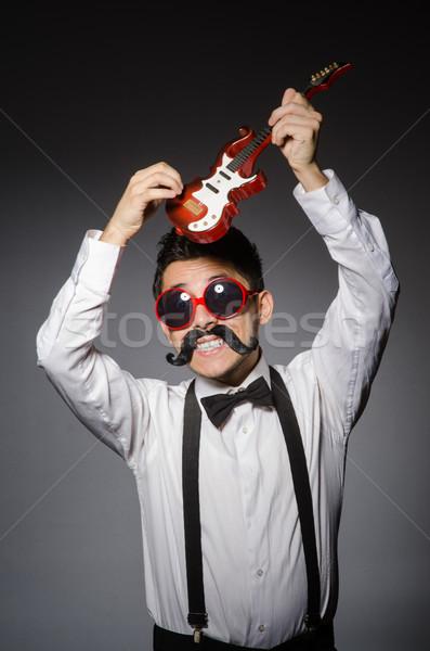 Engraçado homem mini guitarra festa fundo Foto stock © Elnur