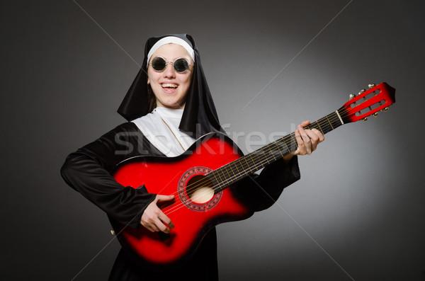 Engraçado freira vermelho guitarra jogar música Foto stock © Elnur