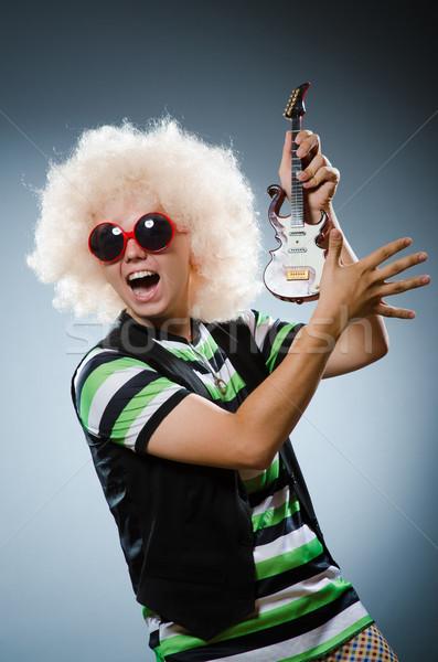 Grappig man miniatuur gitaar muziek partij Stockfoto © Elnur
