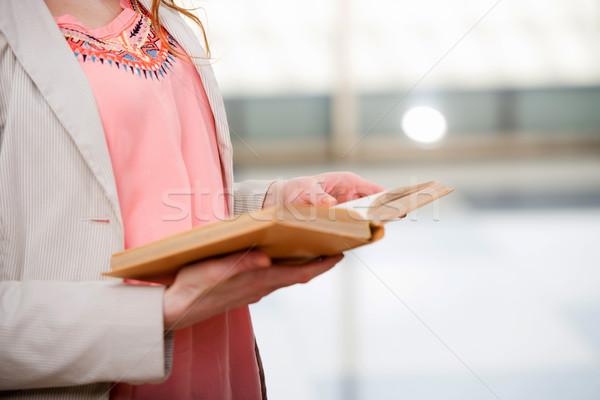 Jeunes étudiant lecture livre préparation examens Photo stock © Elnur