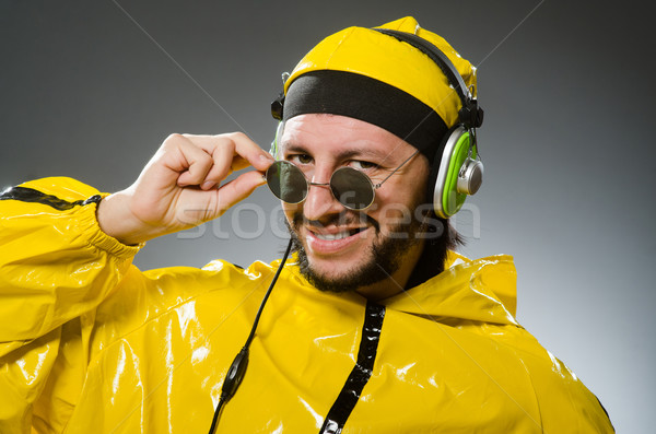 Man Geel pak luisteren hoofdtelefoon Stockfoto © Elnur