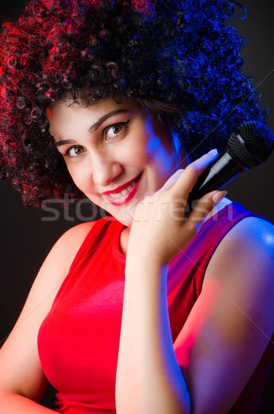 Mujer afro peinado cantando karaoke nina Foto stock © Elnur