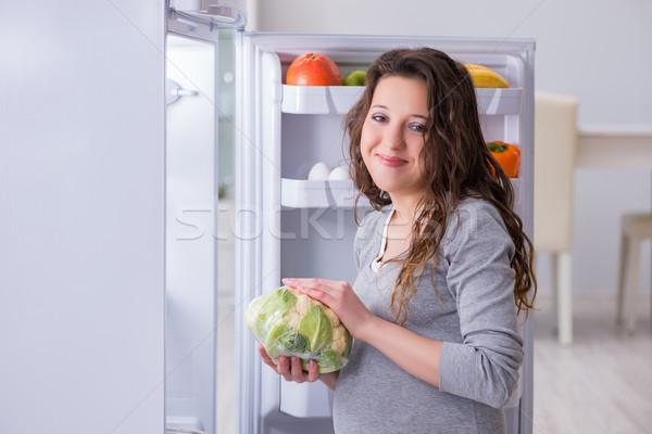 Kobieta w ciąży lodówka patrząc żywności przekąski kobieta Zdjęcia stock © Elnur