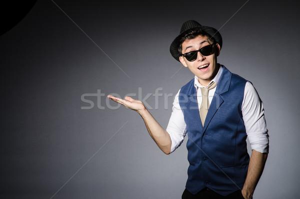 Jonge man Blauw vest hoed grijs man Stockfoto © Elnur