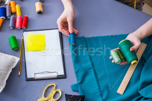 Donna su misura lavoro abbigliamento cucire Foto d'archivio © Elnur