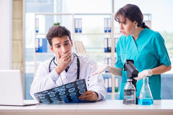 Twee artsen bespreken Xray mri afbeelding Stockfoto © Elnur