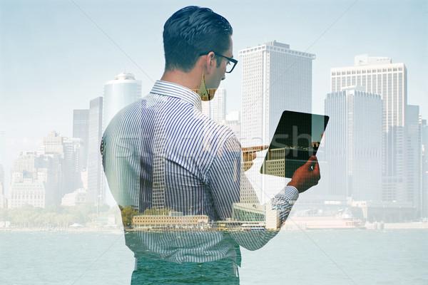 Empresario tableta edificios mano edificio ciudad Foto stock © Elnur
