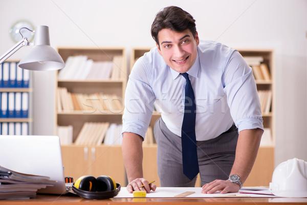 Mérnök felügyelő dolgozik rajzok iroda papír Stock fotó © Elnur