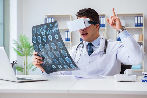 Genç doktor bakıyor mri taramak gözlük Stok fotoğraf © Elnur