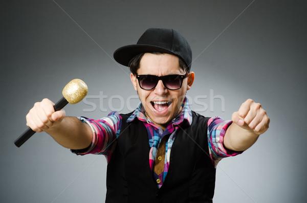 Drôle homme chanter karaoke disco verres Photo stock © Elnur