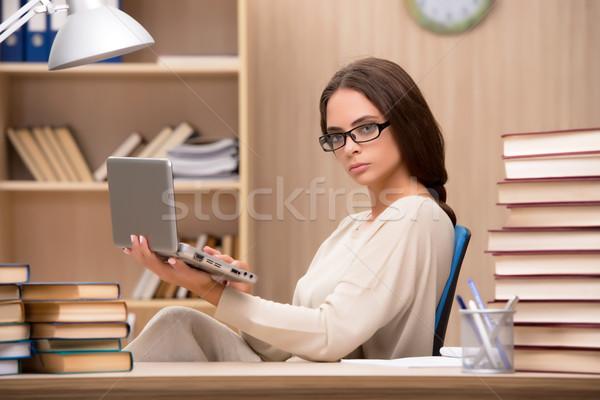 Stok fotoğraf: Genç · öğrenci · üniversite · sınavlar · bilgisayar · kız