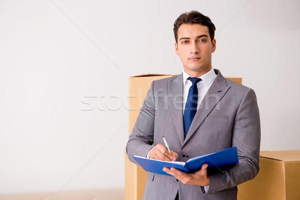 Man ondertekening levering dozen business boek Stockfoto © Elnur