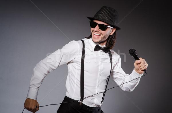 Funny cantante micrófono concierto música hombre Foto stock © Elnur