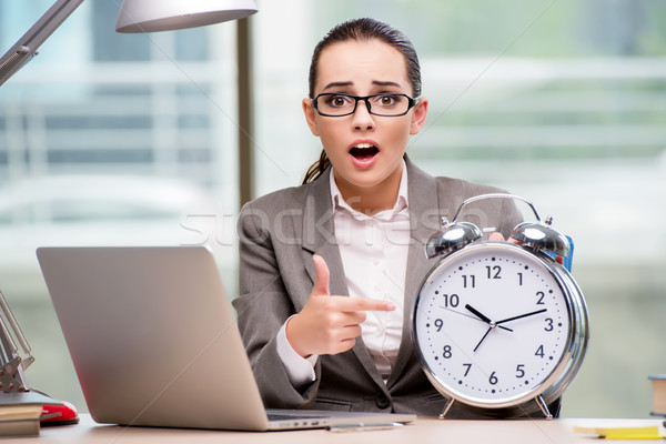 Zakenvrouw voldoen deadlines business gelukkig klok Stockfoto © Elnur