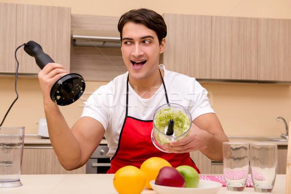 Сток-фото: красивый · мужчина · рабочих · кухне · счастливым · яблоко · здоровья