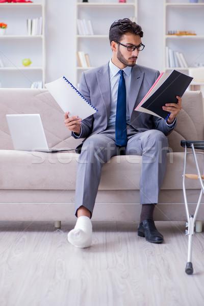 ビジネスマン 松葉杖 骨折した脚 ホーム 作業 作業 ストックフォト © Elnur