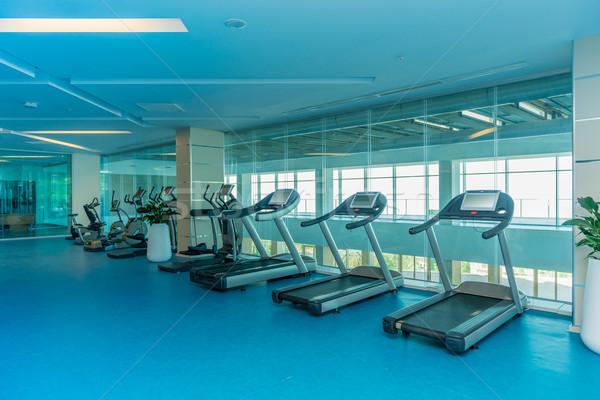 Nowoczesne siłowni różny sprzęt sportowy fitness wykonywania Zdjęcia stock © Elnur
