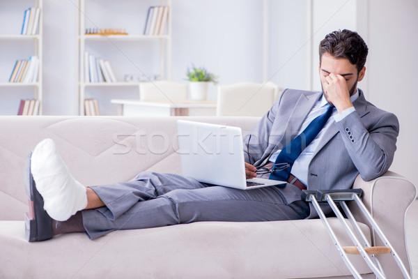 üzletember mankók törött láb otthon dolgozik férfi Stock fotó © Elnur