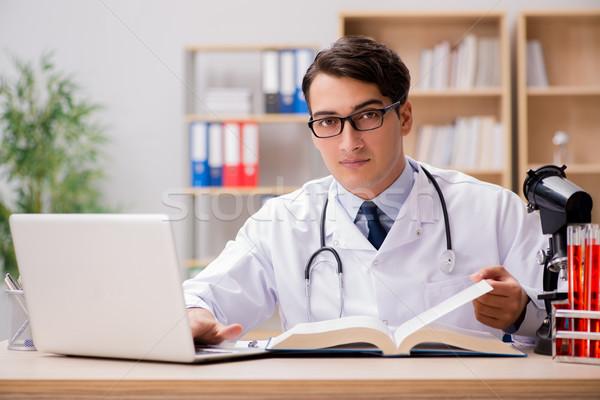 Jonge arts studeren medische onderwijs man Stockfoto © Elnur