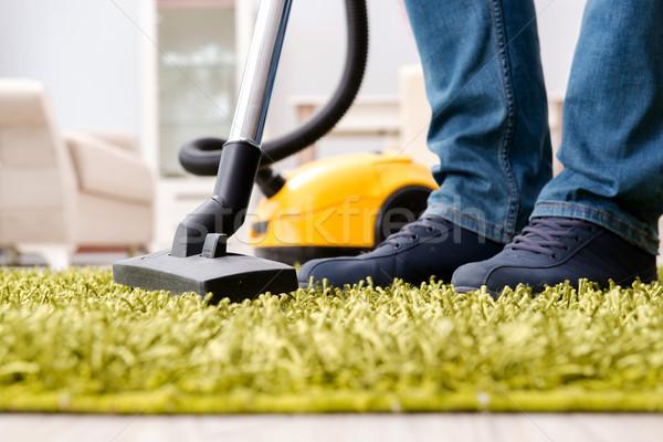 Adam temizlik zemin halı elektrikli süpürge Stok fotoğraf © Elnur