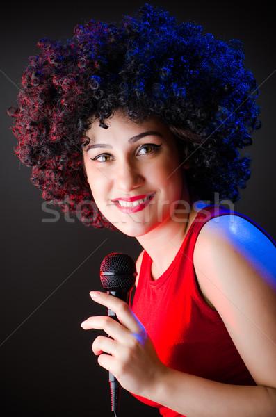 Vrouw afro kapsel zingen karaoke meisje Stockfoto © Elnur