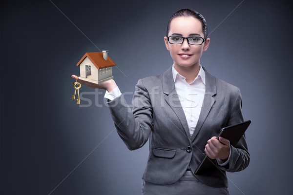 Femeie de afaceri carcasa ipotecare afaceri femeie birou Imagine de stoc © Elnur
