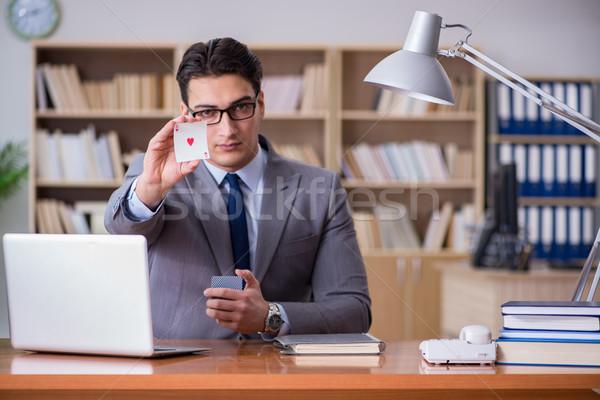 Stock fotó: üzletember · hazárdjáték · kártyapakli · munka · számítógép · iroda