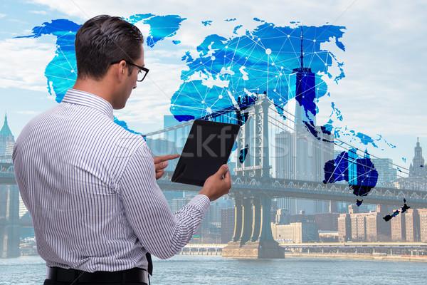 üzletember tabletta globális üzlet számítógép világ Föld Stock fotó © Elnur