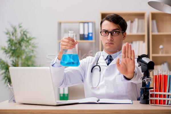 Homem médico trabalhando lab estudante hospital Foto stock © Elnur