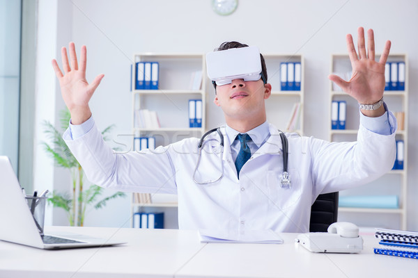 молодые врач виртуальный реальность гарнитура рабочих Сток-фото © Elnur