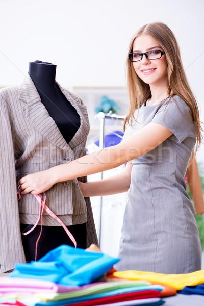 Genç kadın terzi çalışma atölye yeni elbise Stok fotoğraf © Elnur