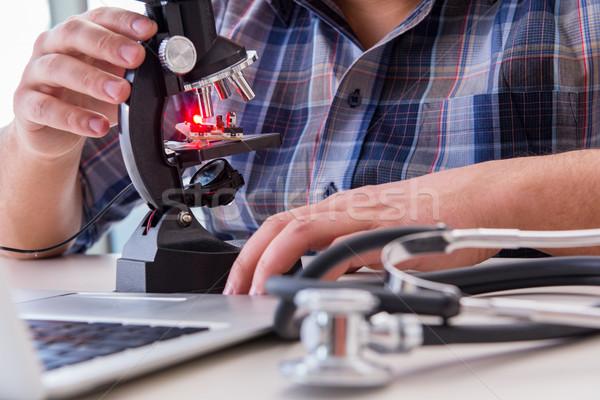 高い 精度 エンジニアリング 男 作業 顕微鏡 ストックフォト © Elnur