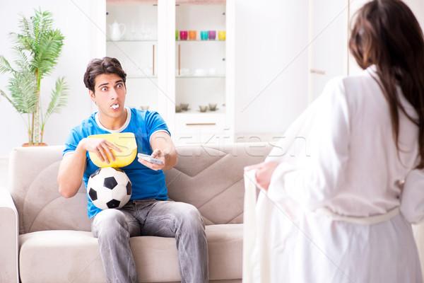 Genç eş koca izlerken futbol Stok fotoğraf © Elnur